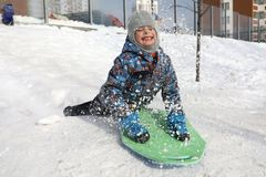 Ребенок sledding вниз Стоковые Изображения