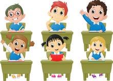 Ребеята школьного возраста деятельностям при урока в классе Стоковые Изображения