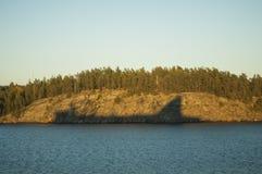 РЕБРО АКУЛЫ Тень корабля на острове стоковые изображения
