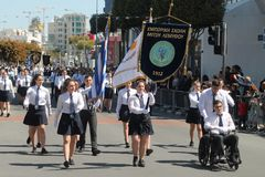 Ребята школьного возраста принимая участие в парад стоковые фотографии rf