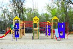 Ребяческая спортивная площадка в парке города Carousel качания в парке для детей Стоковое Фото