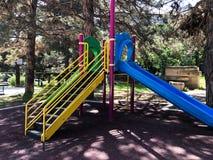 Ребяческая спортивная площадка в парке города Carousel качания в парке для детей Стоковое фото RF
