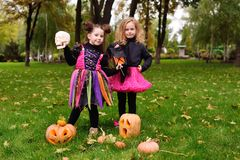 Ребёнки в костюмах масленицы с тыквами на хеллоуин стоковая фотография