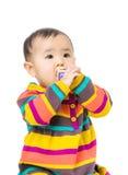 Ребёнок Азии всасывает деревянный блок игрушки стоковое фото rf