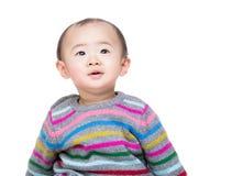 Ребёнок Азии смотря вверх Стоковые Фото
