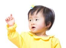 Ребёнок Азии смотря в сторону и рука вверх стоковые фото