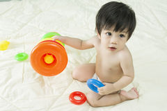 Ребёнок Азия и игрушка на кровати Стоковое Фото