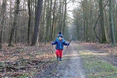 Ребёнок бежать через лес стоковые изображения rf
