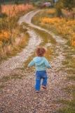 Ребёнок внешний в сельской местности Стоковое Фото