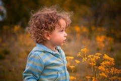 Ребёнок внешний в сельской местности Стоковая Фотография