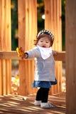 Ребёнок внешний с деревянным стендом стоковая фотография
