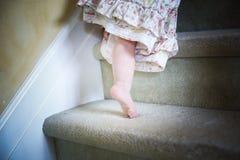 Ребёнок вползая вверх по Carpeted шагам самостоятельно Стоковые Фотографии RF