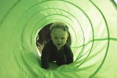 Ребёнок вползая в тоннеле игрушки Стоковое Изображение RF