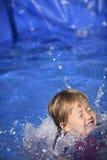 Ребёнок в бассейне стоковая фотография