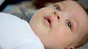 Ребёнок в белой футболке 3 месяца лежа на его назад видеоматериал