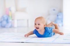 Ребёнок в белом питомнике стоковая фотография