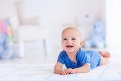 Ребёнок в белом питомнике стоковые фотографии rf