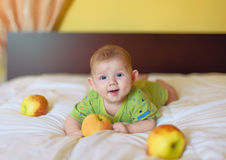 Ребёнок держа желтое яблоко стоковые изображения