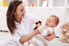 ребёнок ее мать играя детенышей Стоковые Изображения
