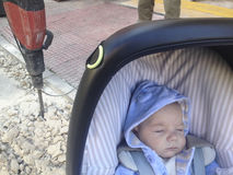 Ребёнок лежа в strolller получая близкий опасно к jackham Стоковые Фотографии RF