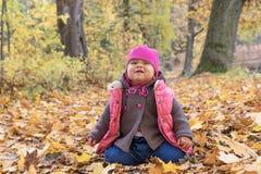 Ребёнок делает гримасу в парке осени Стоковые Изображения RF