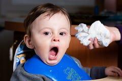 ребёнок зевая стоковые фото