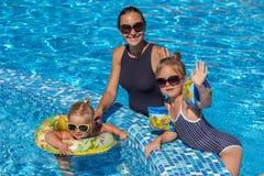 Ребёнок играя в бассейне Стоковое Изображение