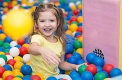 Ребёнок играя в шарике Стоковые Изображения RF