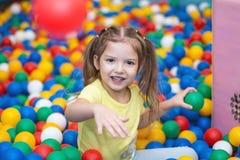 Ребёнок играя в шарике Стоковая Фотография RF