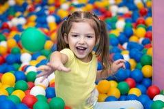 Ребёнок играя в шарике Стоковые Изображения
