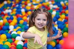 Ребёнок играя в шарике Стоковое фото RF