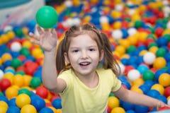 Ребёнок играя в шарике Стоковое Фото