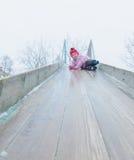 Ребёнок идет с скольжением льда на улице в зиме Стоковое фото RF