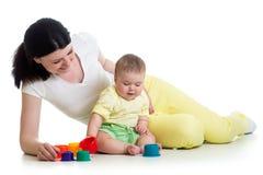 Ребёнок и мать играя с игрушками цвета Стоковое фото RF