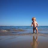 Ребёнок идя на море Стоковые Изображения RF