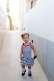 Ребёнок идя самостоятельно в улицу Стоковая Фотография RF