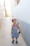 Ребёнок идя самостоятельно в улицу Стоковое Фото
