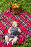 Ребёнок лежа на одеяле шотландки Стоковые Изображения RF