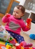 Ребёнок малыша играя с резиновыми строительными блоками Стоковые Изображения RF