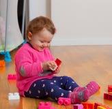 Ребёнок малыша играя с резиновыми строительными блоками Стоковое Фото