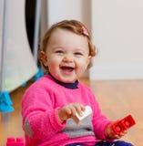 Ребёнок малыша играя с резиновыми строительными блоками Стоковые Фото