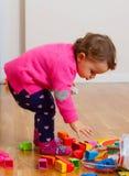 Ребёнок малыша играя с резиновыми строительными блоками Стоковое фото RF
