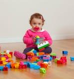 Ребёнок малыша играя с резиновыми строительными блоками Стоковые Изображения