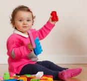 Ребёнок малыша играя с резиновыми строительными блоками Стоковое Изображение RF