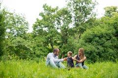 Ребёнок, мама и папа на пикнике Стоковая Фотография