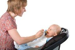Ребёнок мати подавая стоковые фотографии rf