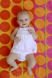 Ребёнок 4 месяцев кладя на пляжный полотенце красного цвета и или Стоковое Изображение RF