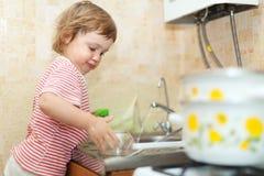 Ребёнок моет тарелки Стоковые Фото