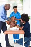 Младенец педиатра рассматривая стоковая фотография