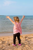 Ребёнок наслаждаясь пляжем и морем Стоковое Изображение